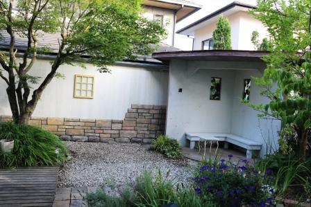 コーナハウスと板塀